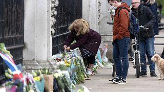 İngiltere'de halk Prens Philip'i anmak için Buckingham Sarayı önünde toplanıyor