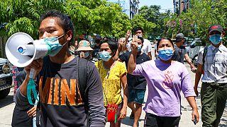 Tüntetők Mianmarban