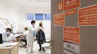 Egy nőt tájékoztatnak a következő oltás időpontjáról, miután beoltották  a Jósa András Oktatókórházban kialakított oltóponton 2021. április 10-én.