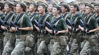 Ukrayna ordusuna mensup kadın askerler geçit töreninde yürürken