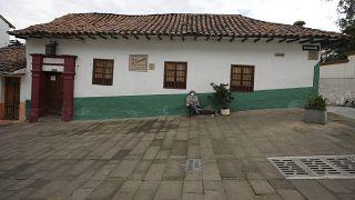 Una mujer con mascarilla en el exterior de su casa en Bogotá, Colombia, el 10 de abril de 2021