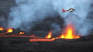 Hubschrauber überfliegt den Piton de la Fournaise