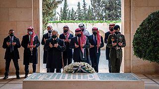 Elszívta a békepipát a jordán király és féltestvére