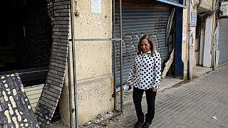 ناجية من الحرب الأهلية عبلة باروتا تسير أمام محلات تجارية تضررت في 4 أغسطس / آب 2020، في حيّها بالعاصمة اللبنانية بيروت، نيسان 2021