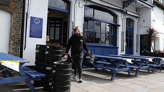 Covid-19: nel Regno Unito riaprono negozi, pub e ristoranti