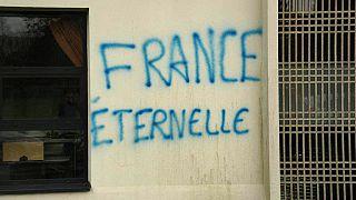 شعارات مناهضة للإسلام على جدران مسجد غرب فرنسا