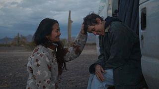 """Regisseurin Chloé Zhao und Schauspielerin Frances McDormand am Set von """"Nomadland"""""""