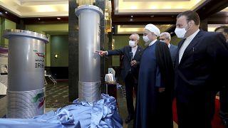 الرئيس الإيراني حسن روحاني يستمع إلى رئيس منظمة الطاقة الذرية الإيرانية علي أكبر صالحي أثناء زيارته لمعرض إنجازات إيران النووية الجديدة في طهران- إيران.