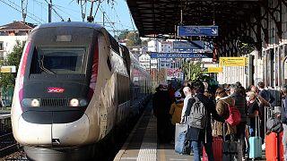Paris'teki Saint Jean de Luz garında yolcu almak için bekleyen bir hızlı tren