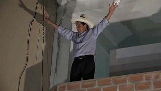 Pedro Castillo celebrando los resultados.