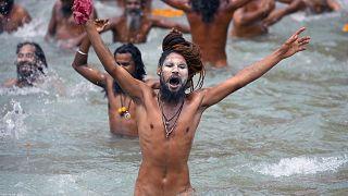 الحجاج الهندوس يغطس في مياه نهر الغانج في الهند