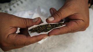 Una persona haciendo uso de la marihuana.