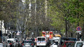 آليات تابعة للشرطة والدفاع المدني أمام المستشفى الباريسي