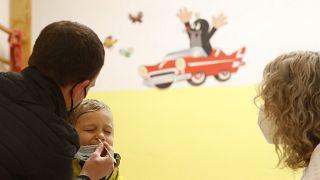 Antigén-tesztet végeznek egy óvodás kisfiún Prágában
