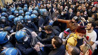 صدامات بين متظاهرين وعناصر الشرطة الإيطالية في روما حيث يحتج أصحاب المطاعم وآخرون ضد الإغلاق. 2021/04/06