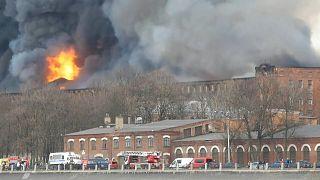 حريق يدمّر مصنعًا تاريخيًا في سان بطرسبرغ