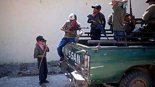 Kinder bei der Schießübung