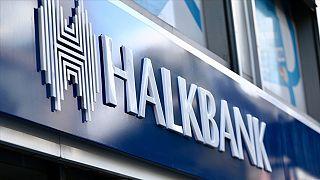Bir Halkbank şubesi girişi