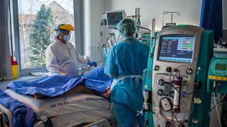 Jelenleg 10 818 koronavírusos beteget ápolnak kórházban