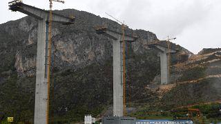 جزء من  الجسر غير المكتمل تم إنشاؤه من قبل شركة تشاينا رود آند بريدج ، بين مدينة بار في ساحل البحر الأدرياتيكي في الجبل الأسود وصربيا المجاورة