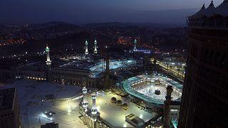 يصلي المسلمون خلال صلاة الفجر الأولى من شهر رمضان المبارك في المسجد الحرام  في مدينة مكة المكرمة - المملكة العربية السعودية الثلاثاء 13 أبريل 2021.