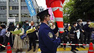 Vor dem Büro des japanischen Regierungschefs in Tokio versammelten sich Demonstrierende, um gegen die Kühlwasser-Entscheidung zu protestieren