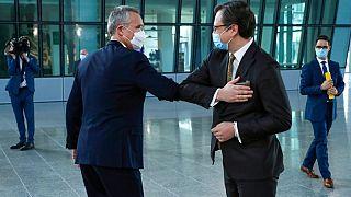 Il segretario generale della NATO Jens Stoltenberg e il ministro degli esteri ucraino Dmytro Kuleba, prima della riunione al quartier generale della NATO a Bruxelles