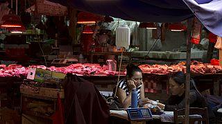 Çin'in Shenzhen kentinde bir ıslak markette müşteri bekleyen satıcılar