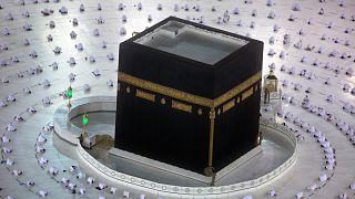 السعودية نيوز |      شاهد: المعتمرون يطوفون حول الكعبة ملتزمين بالإجراءات الصحية في أول أيام رمضان