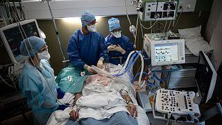 Un patient atteint du Covid-19 pris en charge par le service de soins intensifs de l'hôpital Lyon-Sud, le 7 avril 2021.
