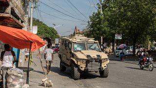 Veicolo militare per le strade di Port-au-Prince, Haiti