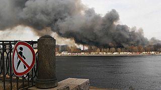 L'usine en feu à Saint Pétersbourg