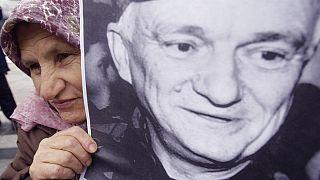 Saraybosna'da 8 Nisan'da 84 yaşında vefat eden ve Bare Mezarlığına defnedilen Sırp kökenli eski general Jovan Divjak için cenaze töreni düzenlendi