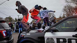 اعتراضهای مردمی به خشونت پلیس علیه یک جوان سیاه پوست در ایالت مینهسوتای آمریکا