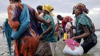 مهاجرون أثيوبيون ينزلون من قارب على ساحل لحج في اليمن. 2019/07/26