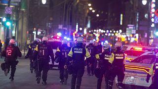Kijárási korlátozás elleni tiltakozást feloszlató rendőrök a kanadai Montréalban 2021. április 12-én