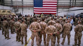صورة أرشيفية لوزير الخارجية الأمريكي السابق مايك بومبيو يتحدث إلى قوات التحالف في قاعدة باغرام الجوية في أفغانستان، 9 يوليو 2018