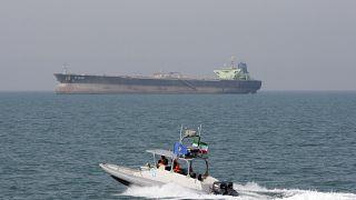 زورق تابع للحرس الثوري الإيراني بالقرب من ناقلة نفطية (أرشيف)