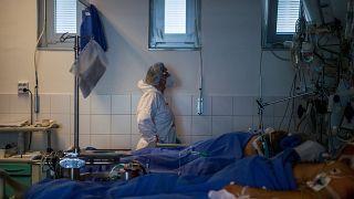 Védőfelszerelést viselő ápoló a fővárosi Semmelweis Egyetem Városmajori Szív- és Érgyógyászati Klinika Covid19-betegek fogadására kialakított intenzív osztályán