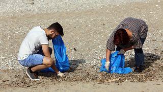 Εθελοντές καθαρίζουν παραλία