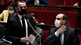 وزير الخدمة العومية والحسابات الفرنسية أوليفييه دوسوبت ورئيس الوزراء الفرنسي جان كاستكس خلال جلسة أسئلة للحكومة في الجمعية الوطنية في باريس.