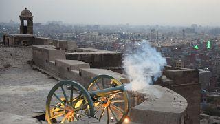 مدفع رمضان الذي يعان وقت الإفطار في مجمع القلعة بالعاصمة المصرية القاهرة في 13 أبريل 2021.