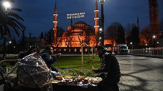 وجبة الإفطار في اليوم الأول من الصيام في ساحة السلطان أحمد في اسطنبول في 13 أبريل 2021