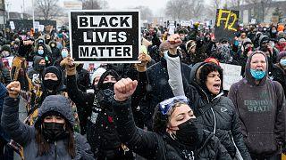Black Lives Matter: «Ο Φλόιντ και ο Ράιτ έχουν το πρόσωπο όλων μας» λένε διαδηλωτές στη Μινεάπολη