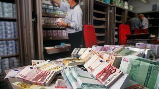 Pénzkötegek rendezgetése egy zürichi bankban (illusztráció)
