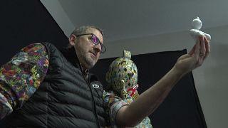 النخات الفرنسي بيبون أمام تمثال لشخصية تان تان