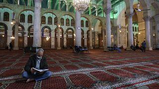 سوريون يؤدون صلاة التراويح في المسجد الأموي بالعاصمة السورية دمشق، في 13 نيسان 2021.