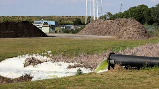 Szennyvíz folyik egy csőből a floridai Port Manatee South Gate-nél 2021. április 6-án (illusztráció)