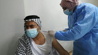 عراقيون يتلقون لقاحات فايزر - بايونتيك في مراكز تطعيم ببغداد