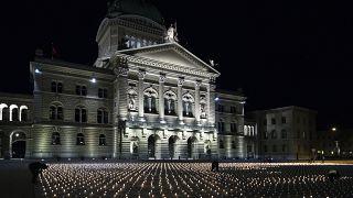 أشعل ناشطون نحو 9200 شمعة إحياء لذكرى الذين لقوا حتفهم بسبب كورونا أمام القصر الفيدرالي في برن- سويسرا
